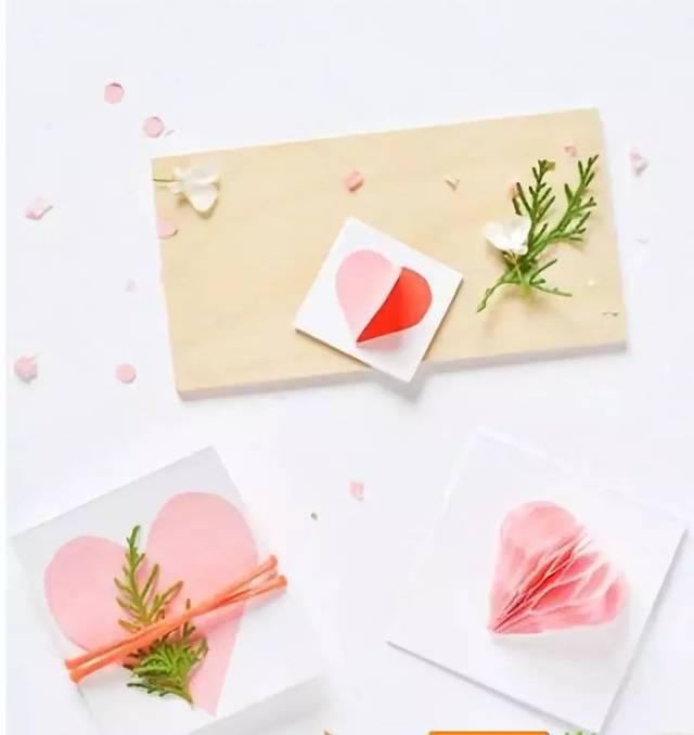 最后将丝带在贺卡封面上打上一个漂亮的蝴蝶结就完成了!