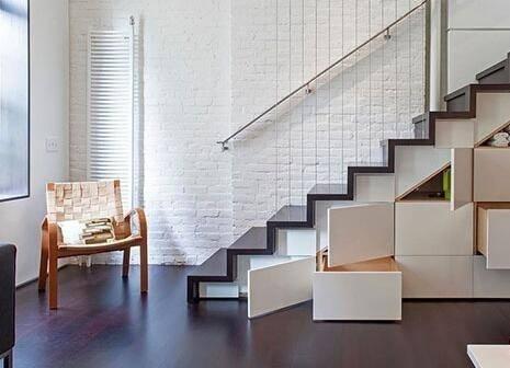 楼梯下还可以改造成书房,嵌入式书柜,丝毫不占用一点空间.