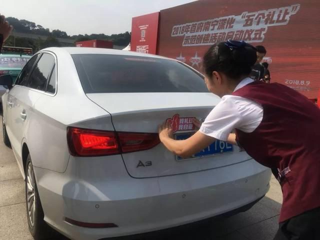 私家车930曾对礼让斑马线进行过一系列报道,采访中,有小伙伴给南宁的