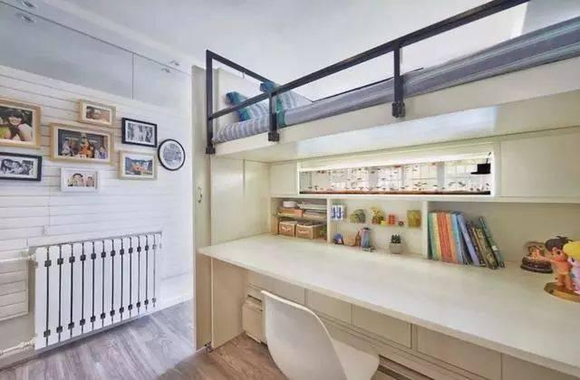 上铺床尾,下面是一个长长的大书桌 书架,小空间都显得非常宽敞实用.图片