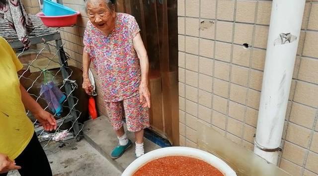 96岁奶奶卖酱菜50年 养大7个儿女想一直卖下去