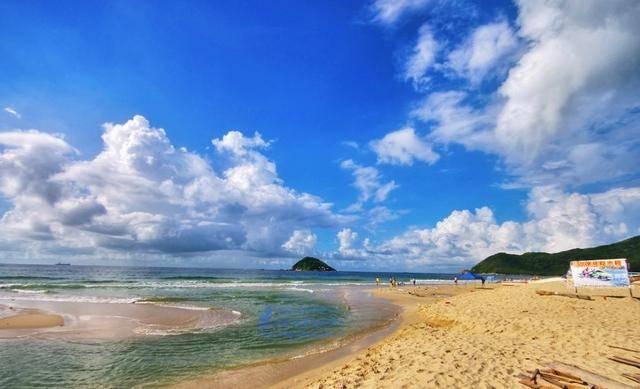 这里有细软的沙子,有清澈的海水,奔向大海,看潮起潮落.