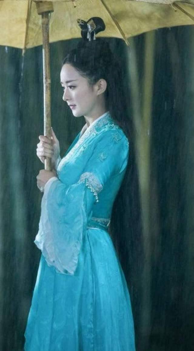 《诛仙青云志》中赵丽颖饰演的碧瑶的造型,清新脱俗,这个撑伞的姿态图片