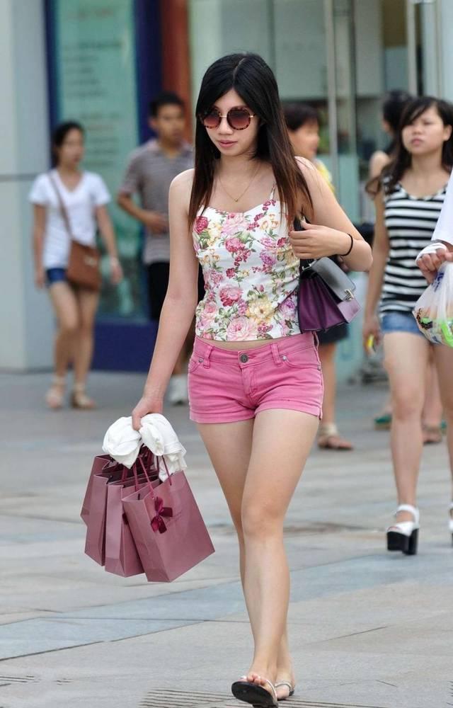 嫩mm身材一级棒16p_凹凸玲珑的牛仔裤小姐姐身材一级棒,时髦新潮魅力足!