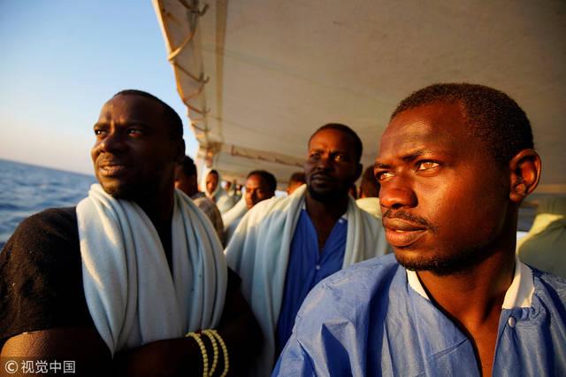 """87名非洲难民在地中海获救 上岸后他们向救援者""""比心""""图片"""