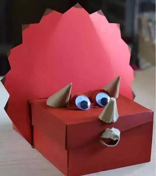 材料:鞋盒、彩纸、胶水、鸡蛋托 墙面装饰 鞋盒除了做手工和教玩具还可以用来装饰墙面呢,让我们一起看一看吧~~ 拓印画 材料:鞋盒盖、胶水、彩纸、拓印模板、颜料 做法:用彩纸粘在鞋盒外层,再利用不同的拓印模板和颜料为鞋盒营造出一些不一样的小创意。