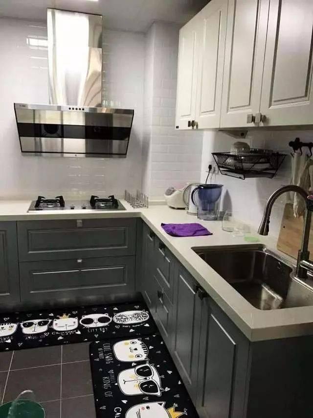l型的厨房是最适合小户型的,正方形的厨房空间,l型留下一个刚刚好的