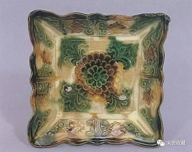 宋三彩器形上主要是以釉色装饰,即用不同色釉形成自然花纹,同时也