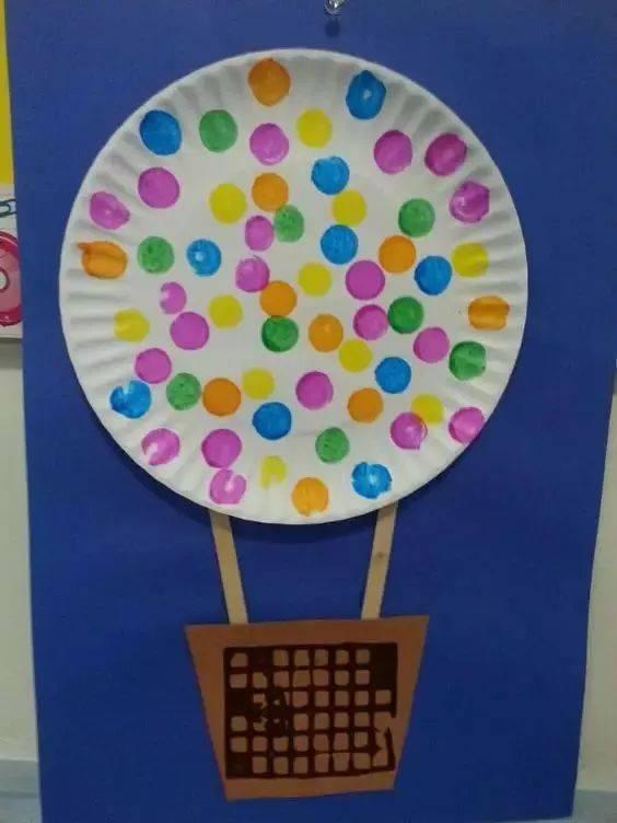 彩色的热气球带着孩子们的梦想在蓝天上飘呀飘……一起做纸盘热气球