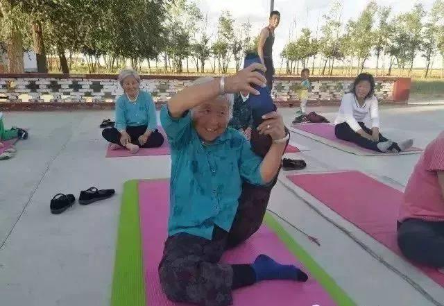 70歲玩倒立,80歲單腿饒頭,這個貧困村的老人們說:瑜伽圖片