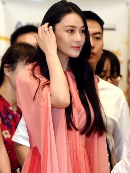 """""""军嫂""""张馨予宣布结婚后,首次出席剪彩,手上的戒指十分亮眼.图片"""