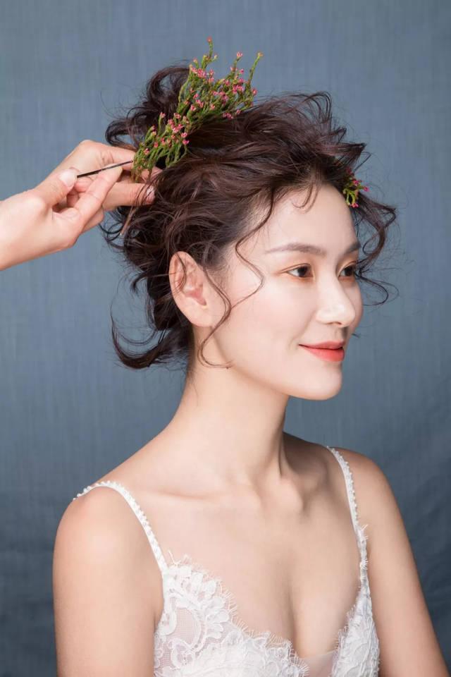 选择鲜花饰品,与灵动的发丝相结合.图片
