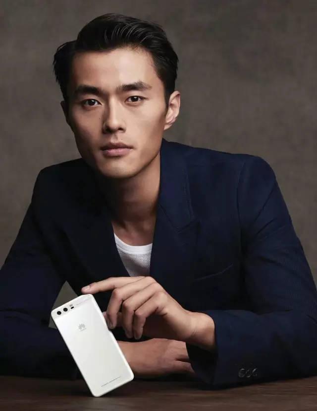 2009年,因拍摄prada与中国艺术家杨福东合作的春夏广告大片,赵磊正式