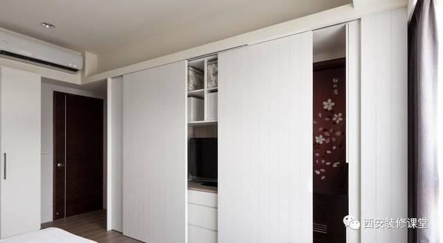 卧室衣柜可以做成移门,用来隐藏中间镶嵌电视图片