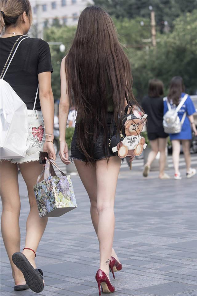 街拍联盟:长发及腰美腿高跟美女,月牙臀若隐若现很是吸睛