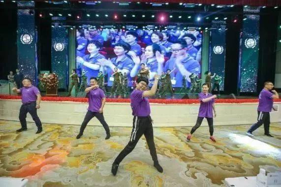 伴随着总部高管,分公司经理和员工带来的《大梦想家》的开场舞蹈,本
