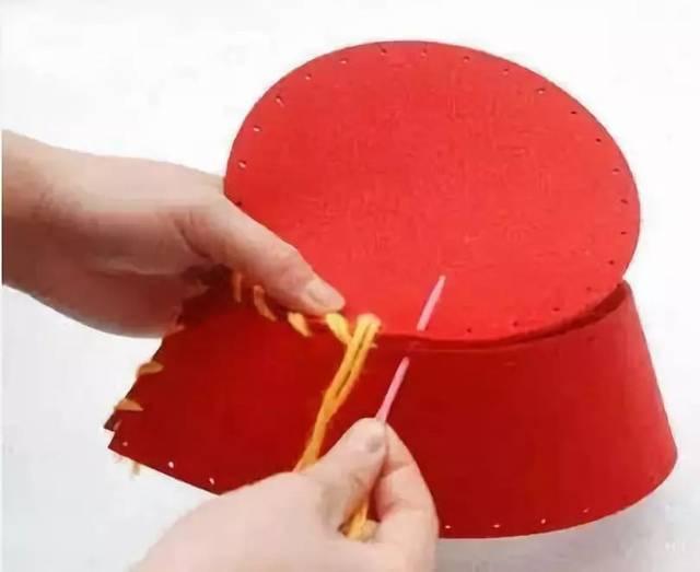 本文导读 帽子,一直为大多数小朋友喜欢,其实小莉老师也特别喜欢帽子,不论春夏秋冬,小莉老师都能为自己佩戴合适的帽子。今天,小莉为大家收集了关于帽子的各种手工,有趣又好玩,你准备好了吗? 作者 丨小莉老师 本文由《幼儿园手工》编辑,转载须注明来源! 创意花环头饰  准备材料:各色卡纸、事先剪裁好的卡纸条、黄色彩纸、印花机一个、双面胶、剪刀  制作步骤:印花机印出不同颜色的花朵,(根据自己喜好选颜色)将黄色彩纸剪出一条,用剪刀剪成齿轮状(如图所示)