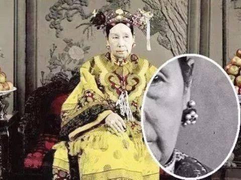 真实的富察皇后画像和剧中的富察皇后一对比,她们的耳坠除了颜色略有图片