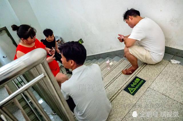 病房內空間不足,步行樓梯的拐角,成為住院病人家屬歇息的好地方.圖片