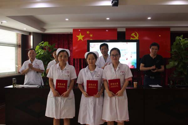"""慎思笃行……""""会上,肥西县历年来当选好医生共同宣读了《中国医师宣言"""
