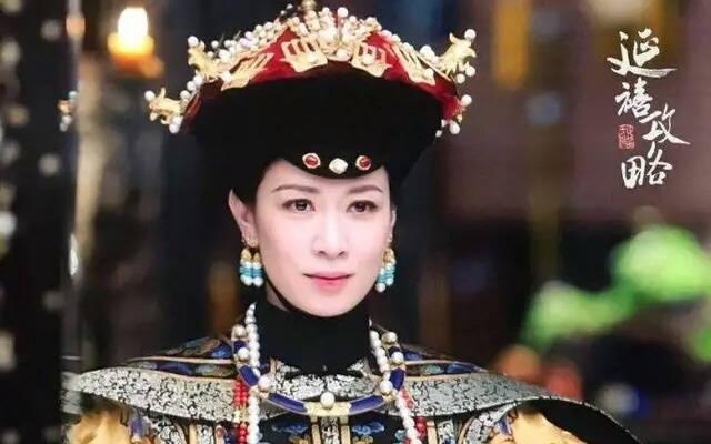 自己顺利晋升为皇贵妃,然后就是利用纯妃害死富察皇后,再经太后的手图片