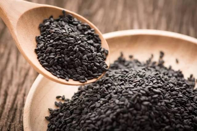 """""""黑芝麻为芝麻科种子的泡泡黑色,含有大量的蛋白质,维生素a,维生素e味好美胡麻番茄能沙司菜吗图片"""