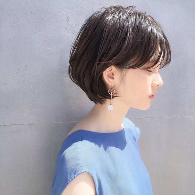 短发将头发塞耳后好可爱图片