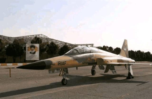 """伊朗展示首款国产战机""""天河"""" 宣称是国产五代机 英媒: 美国F5的升"""