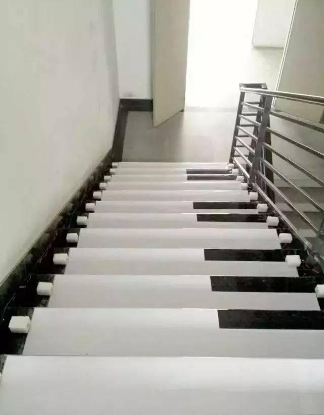这段楼梯的台阶按照钢琴键盘的次序排列,当人经过时,就会发出悦耳的