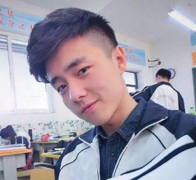 第三款:两边剃短的刘海发型图片