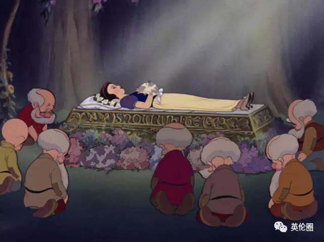 然后小矮人把白雪公主放在林中的棺材上.