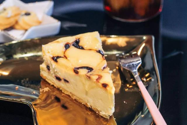 咬下第一口先是感受到绵密浓郁的乳酪在舌尖上化开,接着是蓝莓甜中带