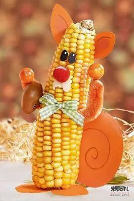 准备材料:玉米棒,彩纸,毛根条,坚果,蝴蝶结,毛球.图片