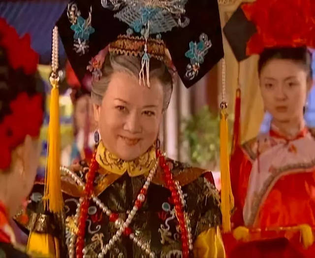 不止一次扮演乾隆的张铁林,特点是在被臣子,妃嫔讨好后哈哈大笑,「朕