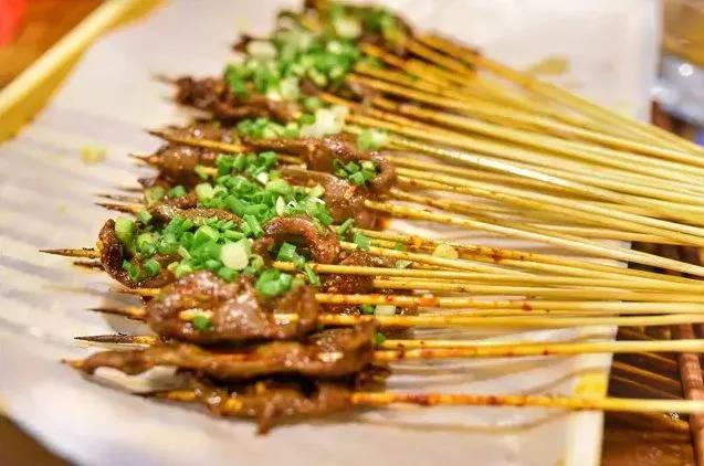 刺火烤_天尝小串:夜宵里最火爆的烤鸭肠,怎么吃也吃不腻!