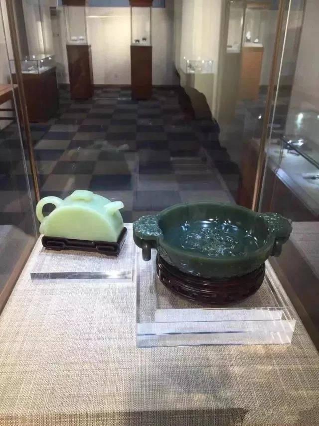 翡翠玉镯的保藏价格是看翡翠的颜色呢 照旧的种