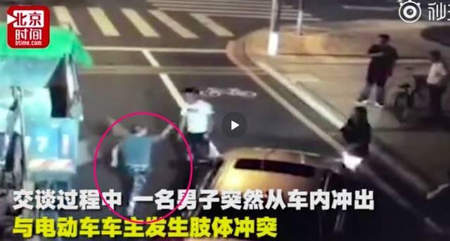 紧接着,另一名膀大腰圆的男子(刘海龙)从宝马车内走出,气势汹汹地