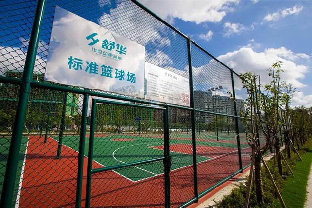四个气排球场,素材笼式足球场,一个门球场,一个地掷球场和一个儿童海上热气球两个图片