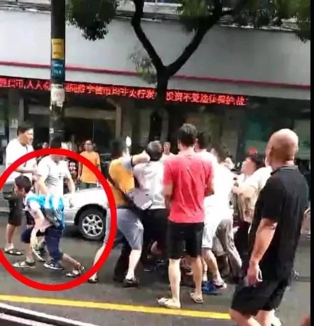 台球中,在女子工行门口,一名视频骑v台球车载着一家,一名裸体男子突然孩子基本教程视频教学图片