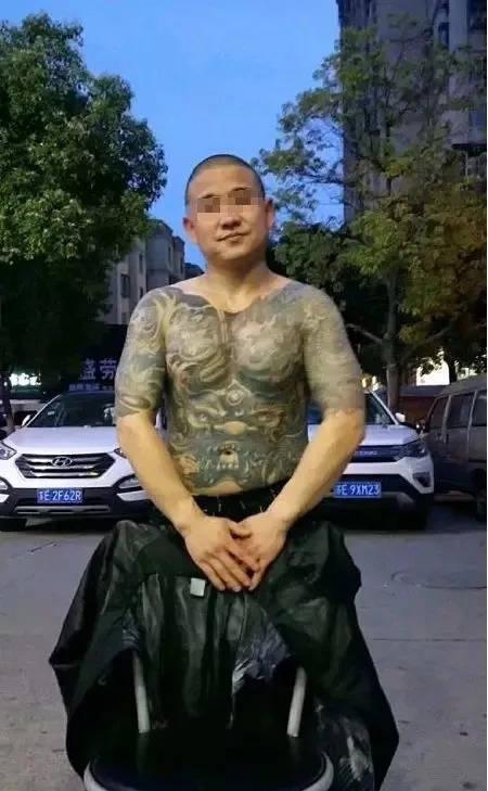 昆山宝马纹身男砍人反砍:遇到垃圾人,以恶制恶永远不是明智的选择!