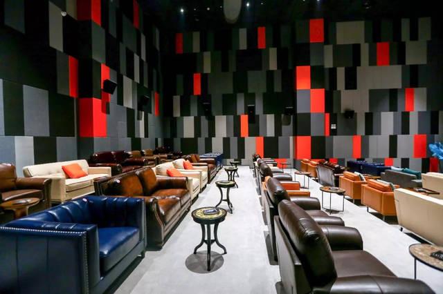 热线妹来到了亲橙里 峨影1958影院的vip厅 感受了 把客厅搬进电影院的
