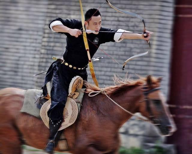 射�_中国骑射第一人李云义和他的团队,进行 骑射表演,步射表演互动.