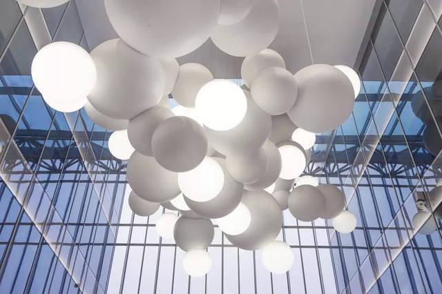 装置作品为室内空间提供有力的艺术干预图片