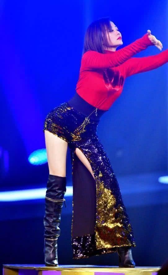 张靓颖露逼_张靓颖时髦新花样,这是只穿了一条裤腿当裤子吗?这双腿也是绝了