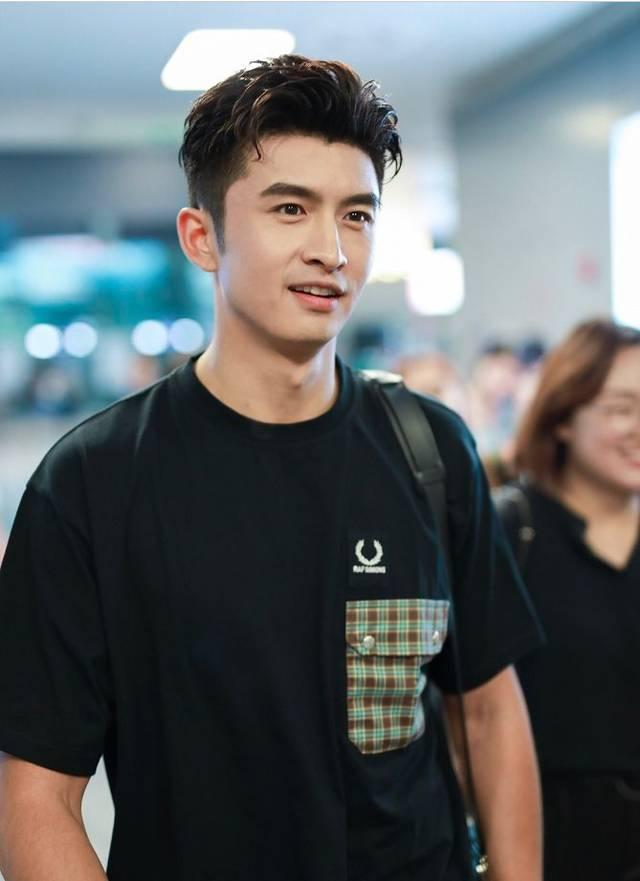 张云龙身穿黑色t恤搭配黑色短裤现身机场 发型潮范造型酷感十足图片