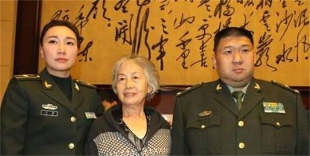 图四,刘滨,毛新宇与毛泽东生活秘书张玉凤在一起.