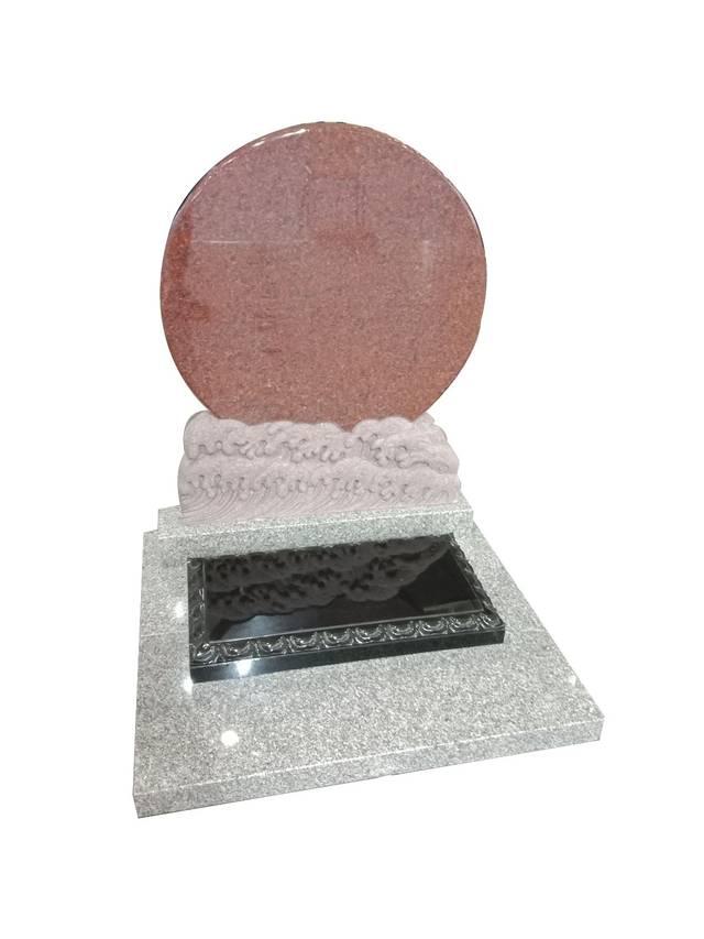 在小型墓碑的造型设计中,无论是传统的松鹤,龙凤,日月,祥云等雕刻