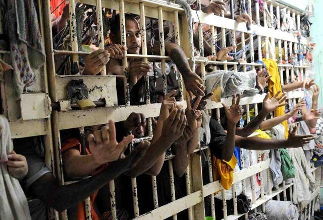 百名囚犯集体越狱! 巴西监狱大门被炸开, 贫民窟令警方无计可施