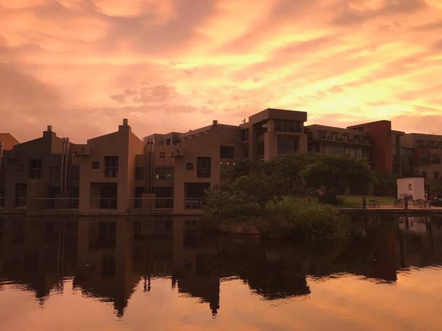 夕阳的倒影下,仿佛溪边,湖光余晖悠闲惬意,鸟儿不时置身空中,飞过漫步三河别墅肥西出售图片