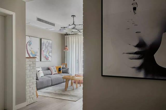 在简洁的装饰中添加满墙黑板手绘画和拼花地砖,赋予小宅清新自由的